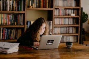 Šolanje od doma, slika deklice ki dela na prenosniku.
