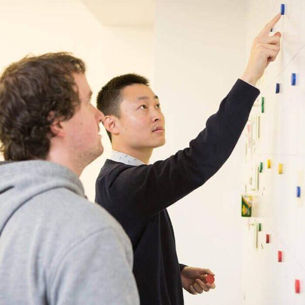 Izdelek magnetna barva v pisarni kot pomoč pri planiranju.
