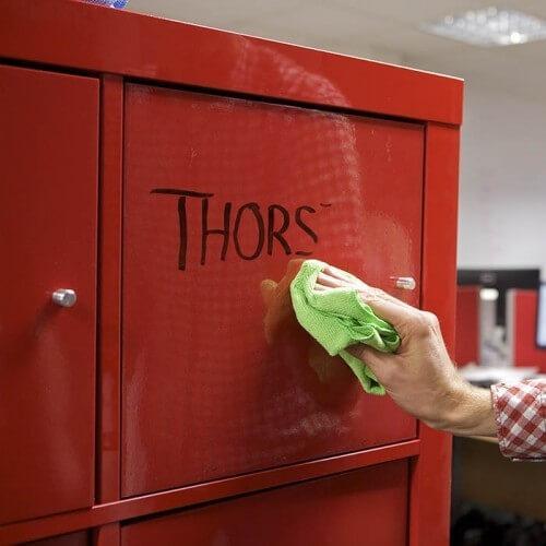 Transparentna samolepilna piši briši folija nanešena na rdečo omarico.
