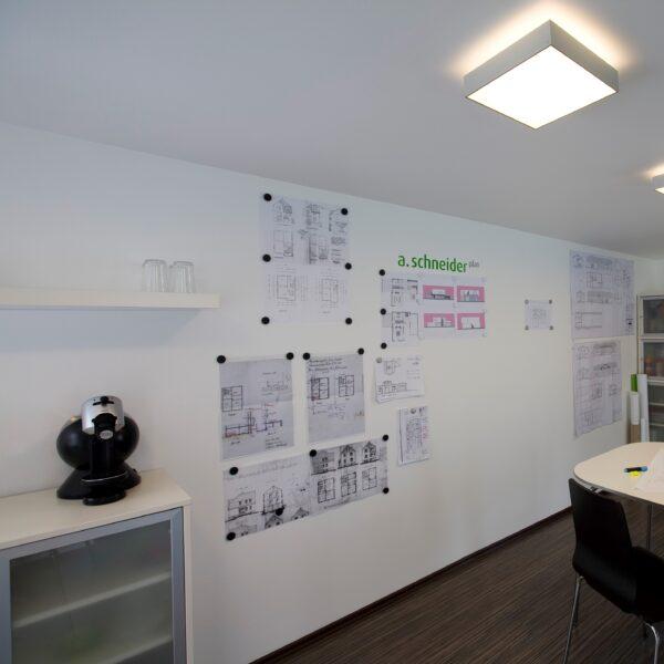 Magnetna stena z magnetnim premazov v pisarni.