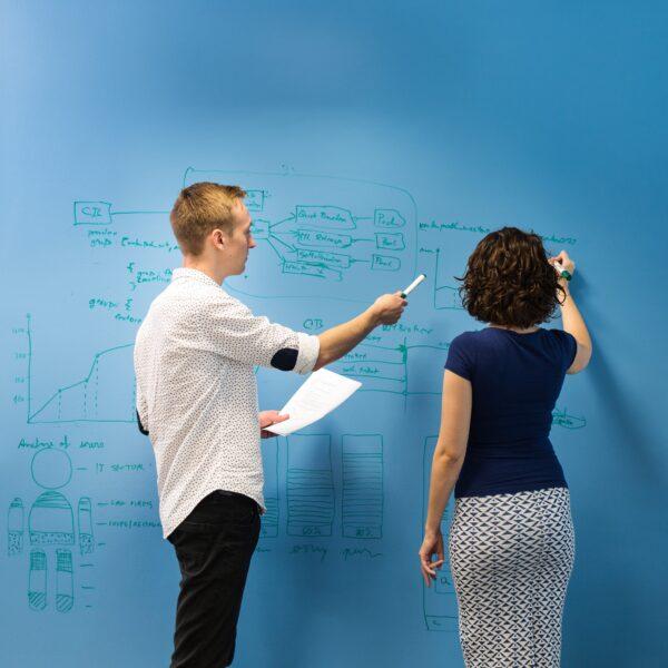 Piši briši barva transparentna pisarna podjetja na modri podlagi.