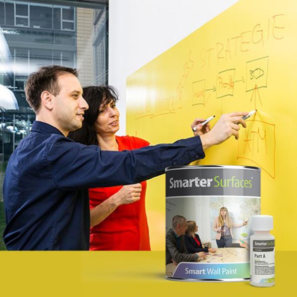 Piši briši barva transparentna na rumeni steni.
