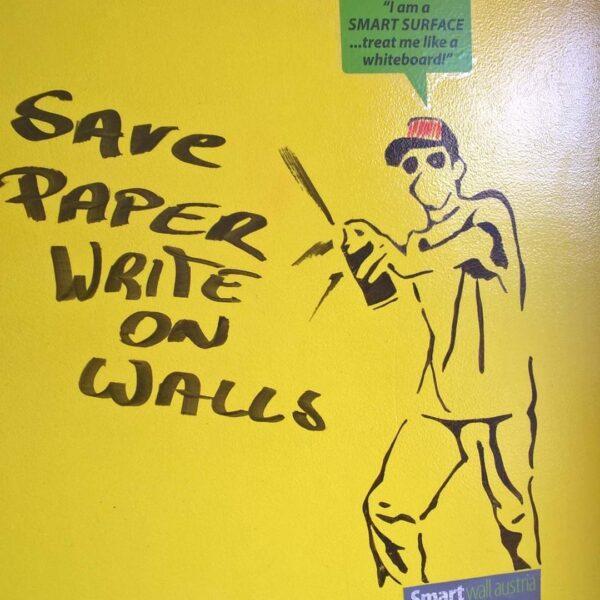 Transparentna piši briši barva rumena na steni.