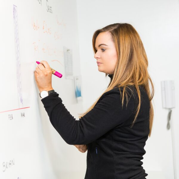 Smarter Surfaces magnetna piši briši barva ženska piše po magnetni steni.