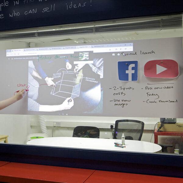 Timski sestanek na piši briši magnetni tapeti projektor.