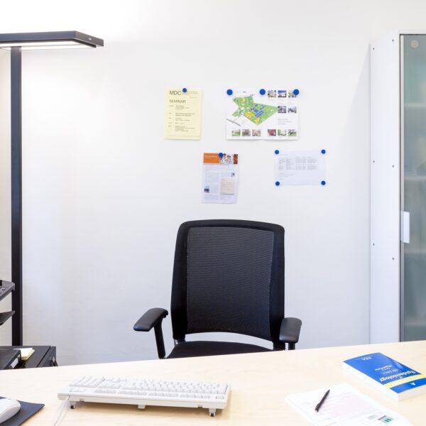 Magnetna stena z magnetnim premazov v pisarni proizvajalca od blizu s stolom.