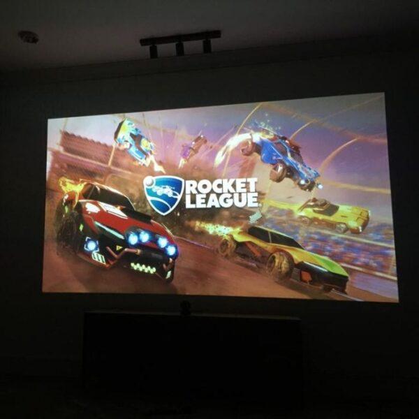 Gaming na površini za projiciranje prekriti s Smart barvo za steno projektor.