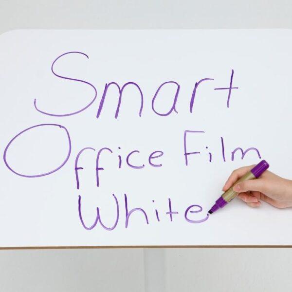 Izdelek smart samolepilna bela piši briši folija nanešena na mizo.