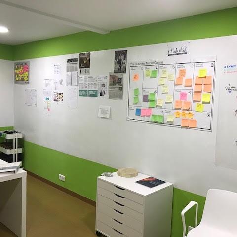 Magnetna tapeta v pisarni z zeleno obrobo.
