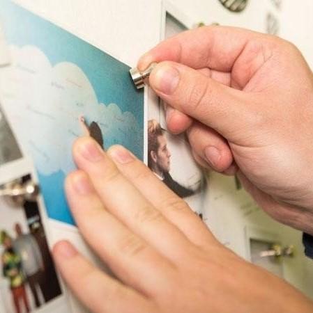 Slika z magneti na smart magnetni steni z magnetnim premazom.