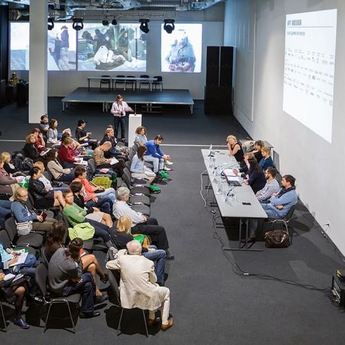 Stena z barvo za steno projektor v uporabi na konferenci.