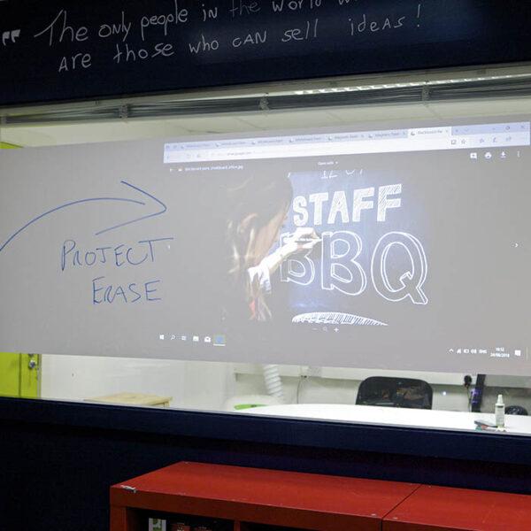 Več namenska površina za projektor in piši briši.