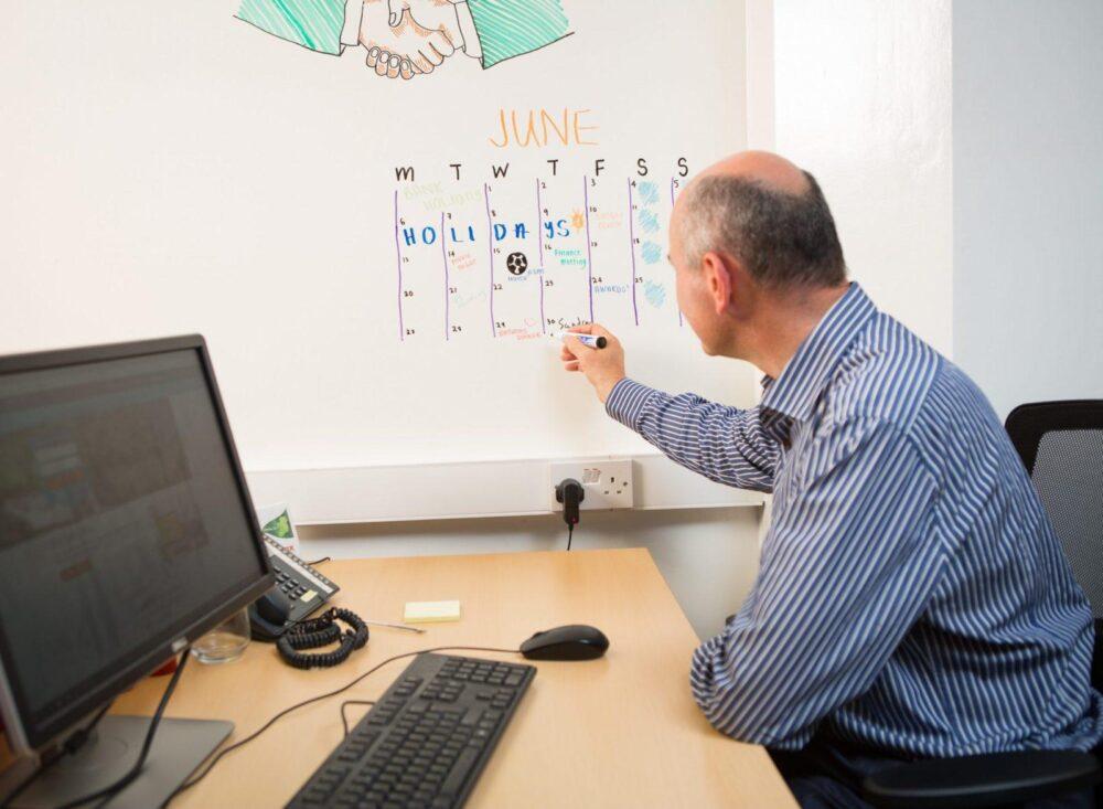 piši briši barva bela v pisarni za uporabo koledarja