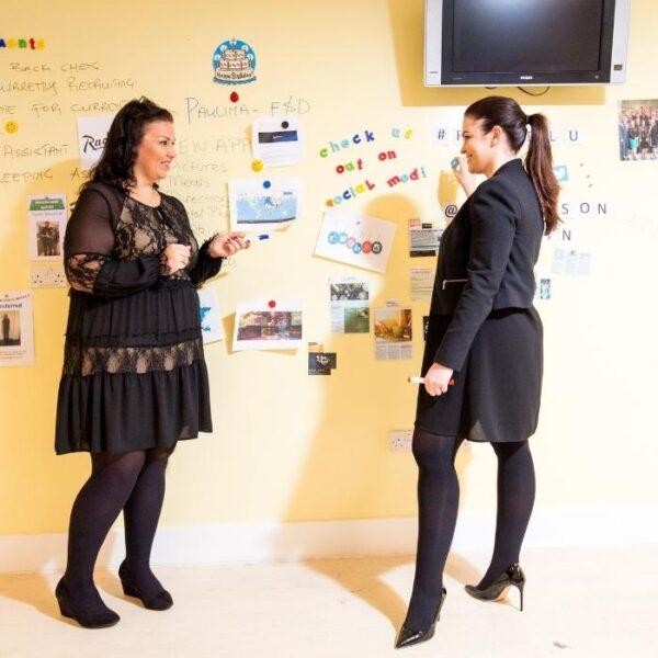 Ženska uporablja Smart magnetno piši briši barvo tekom sestanka.